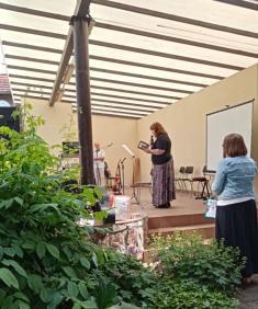 Recituje Věra Tydlitátová