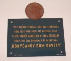 Pamětní deska zprůjezdu budovy knihovny