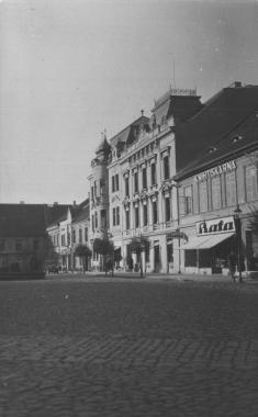 Od roku 1896sídlila vbudově čp.83 spořitelna, vroce 1927městská rada povolila zřízení výkladu vevedlejším domě profirmu Baťa.